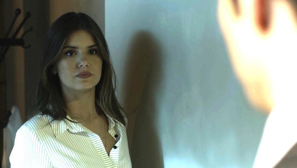 Luíza se supreende quando Eric a procura no quartinho (Foto: TV Globo)