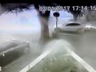 Árvore cai sobre carro durante chuva em São José; assista vídeo