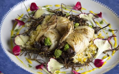 Enrolado de peixe com quinoa e recheio de cogumelo e cream cheese