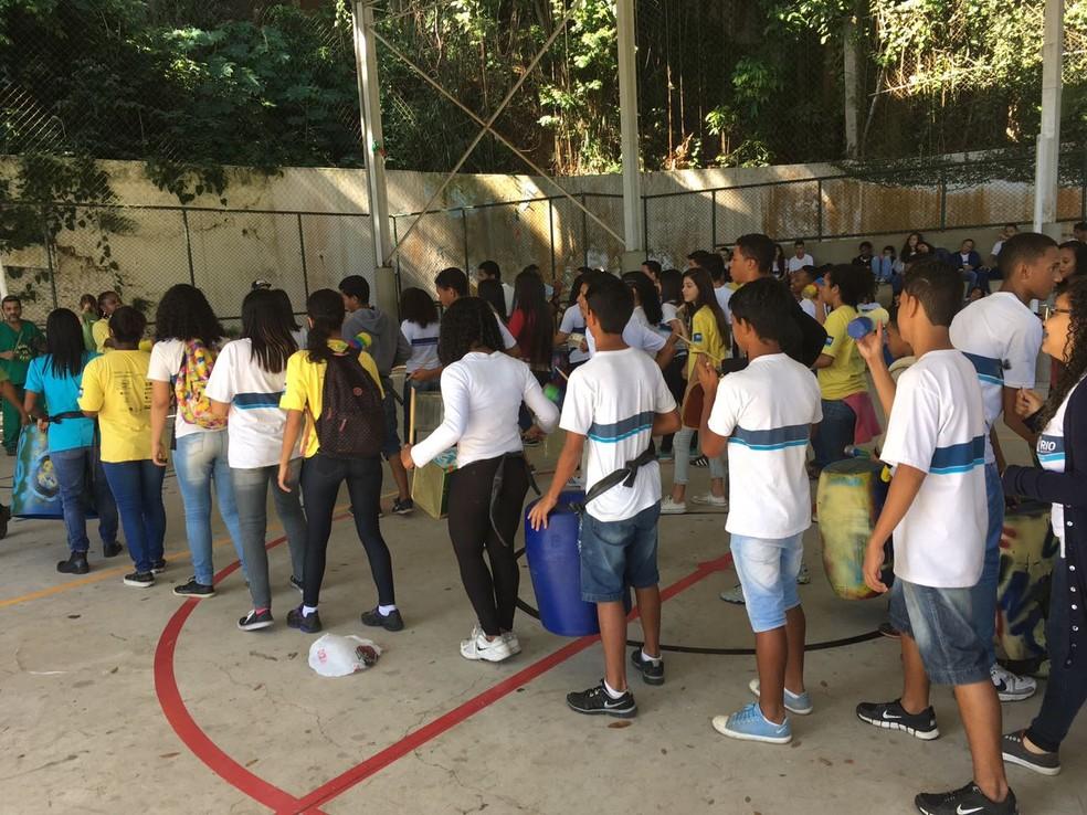 Alunos da Escola Municipal André Urani recebem oficina de música do Funk Verde. (Foto: Bruno Albernaz)