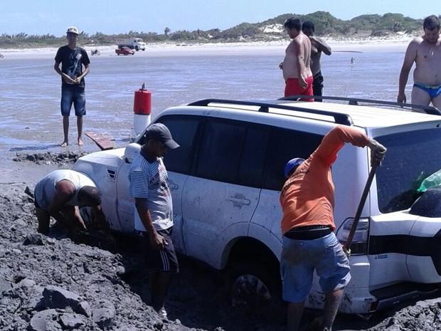 Moradores de São José de Ribamar tentam tirar carro atolado na Praia de panaquatira sem sucesso (Foto: Josafá Monteiro)