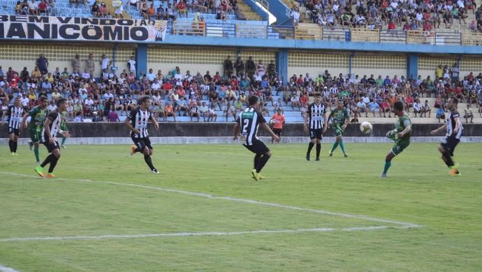Partida teve bom primeiro tempo, mas perdeu a qualidade do segundo tempo (Foto: Dominique Cavaleiro/GloboEsporte.com)