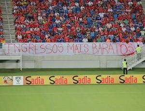Faixa de protesto na Arena das Dunas (Foto: Fabiano de Oliveira)
