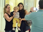 Isis Valverde tira foto com fã mirim em shopping no Rio