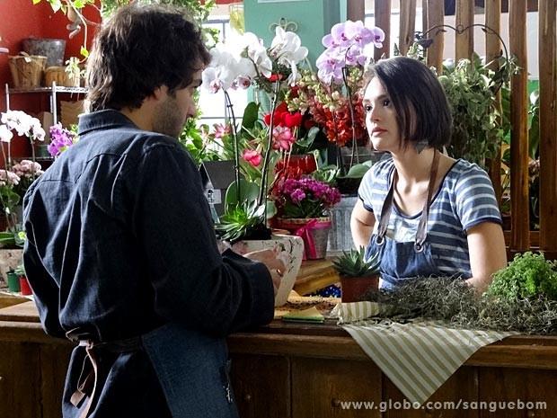 Fabinho ajuda Giane na loja (Foto: Sangue Bom / TV Globo)