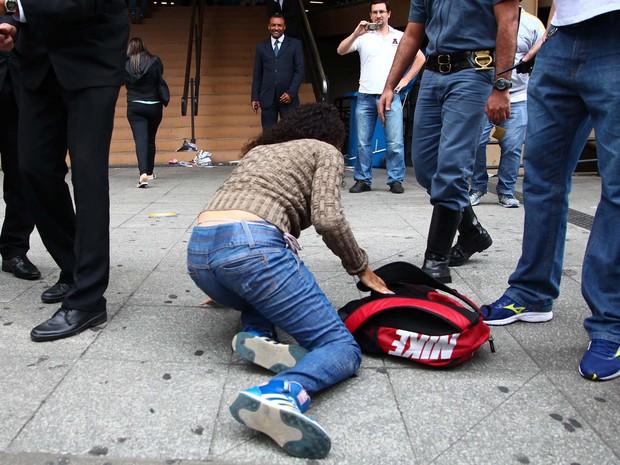 ENEM 2015 - DOMINGO (25) – SÃO PAULO (SP): Estudante cai ao entrar correndo durante fechamento do portão para o segundo dia da prova do Exame Nacional do Ensino Médio (Enem), na Uninove, na Barra Funda em São Paulo, SP, neste domingo (25). 25/10/2015 - Fo (Foto: RENATO RIBEIRO SILVA/FUTURA PRESS/FUTURA PRESS/ESTADÃO CONTEÚDO)
