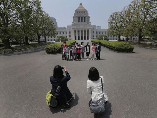 Turistas em frente ao Parlamento, em Tóquio (Foto: Koji Sasahara/AP Photo)
