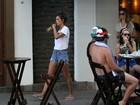 Alessandra Ambrósio usa shortinho curto em tarde com amigos no Rio