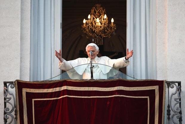 O Papa Bento XVI acena para os fiéis da sacada da residência de Castel Gandolfo, pouco após deixar o Vaticano nesta quinta-feira (28) (Foto: Reuters)