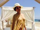 Maria Mellilo usa túnica transparente e faz topless em Ibiza