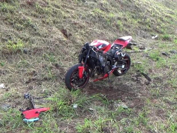 Motocicleta ficou destruída após atropelamento na Lix da Cunha, em Campinas (Foto: Reprodução / EPTV)