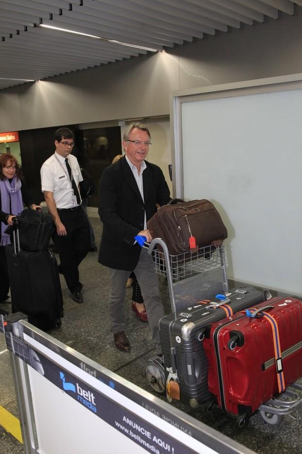 Sam Neill no aeroporto internacional do Rio (Foto: Delson Silva / AgNews)