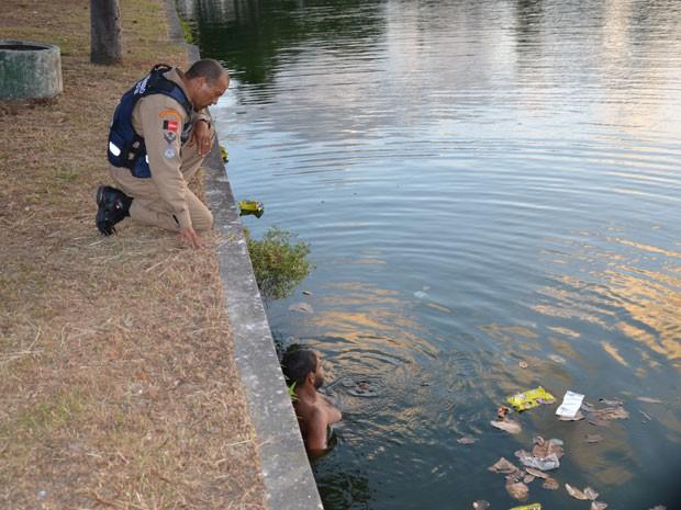 Homem é resgatado de lagoa em João Pessoa  (Foto: Walter Paparazzo/G1)