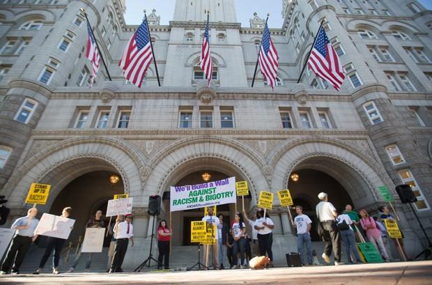 Grupo faz protesto em frente a novo hotel de Trump em Washington (Foto: Pablo Martinez Monsivais)