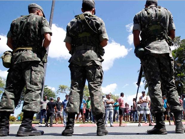 Após isolar Centro Administrativo da Bahia, Exército reforça tropas (Foto: Lúcio Távora/Agência A Tarde/AE)