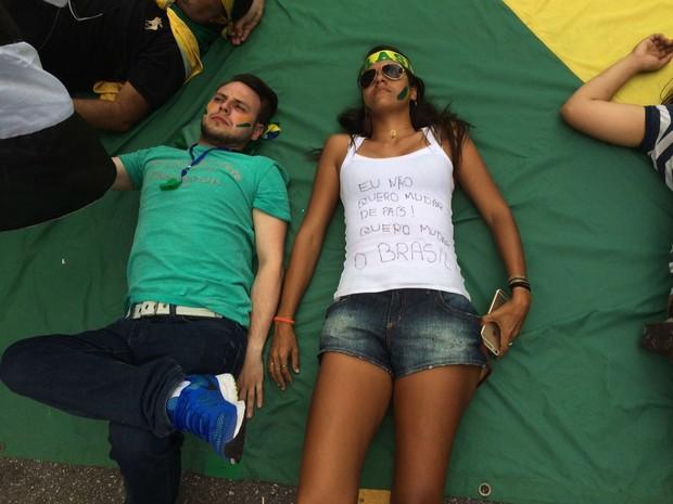 Manifestantes deitam em badeira do Brasil na Avenida Paulista durante protesto contra o governo federal  (Foto: Glauco Araújo/G1)