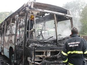 Ônibus foi incendiado no bairro Caiera do Saco dos Limões (Foto: Ronney Mendes/Divulgação)
