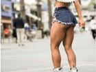 Mayra Cardi posa sexy de patins e deixa à mostra parte do bumbum