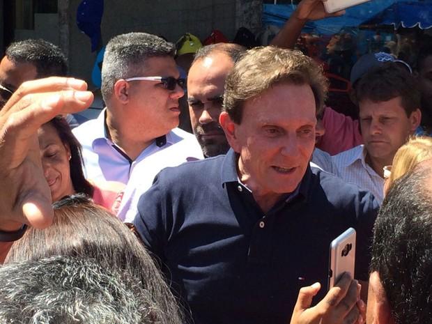 Candidato caminhou pelo calçadão de Santa Cruz, na manhã desta segunda (31), e agradeceu a votação obtida na região (Foto: Cristina Boeckel / G1)