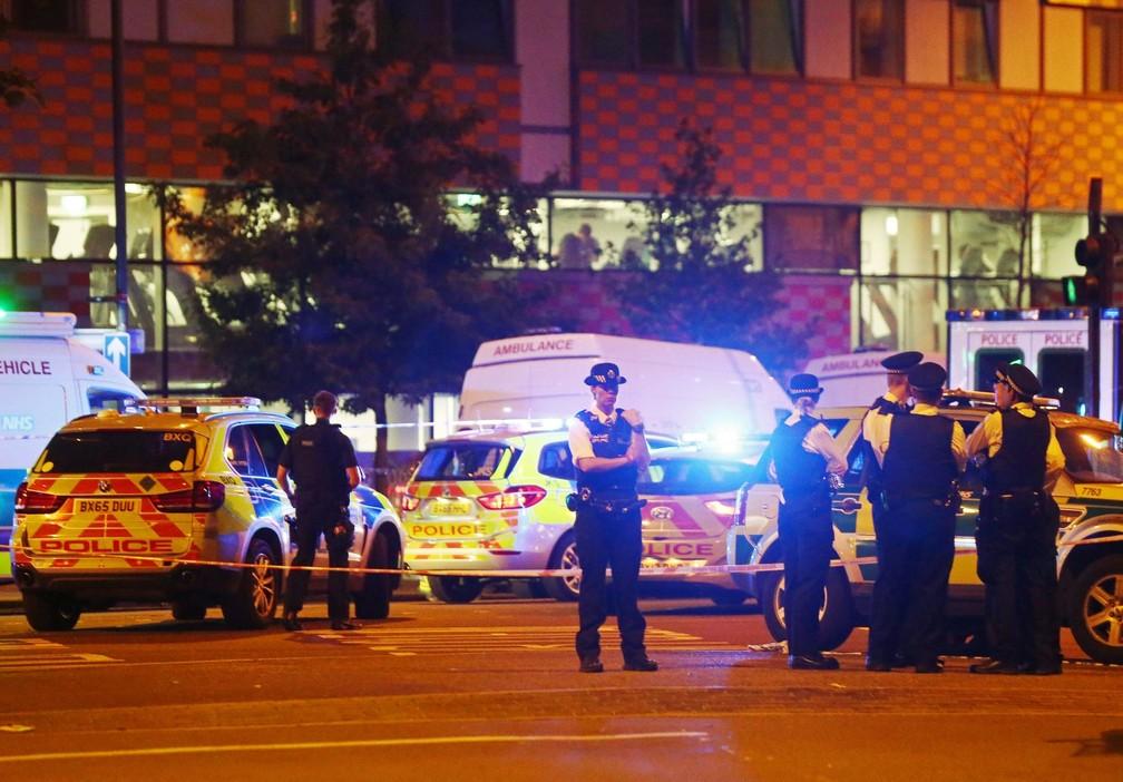Polícia isolou área do atropelamento em Londres, na madrugada desta segunda-feira (19), hora local (Foto: REUTERS/Neil Hall)