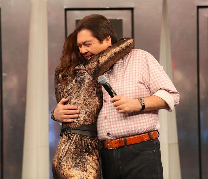 A assistente de palco se emocionou e ganhou o abraço do apresentador (Foto: Carol Caminha/Gshow)
