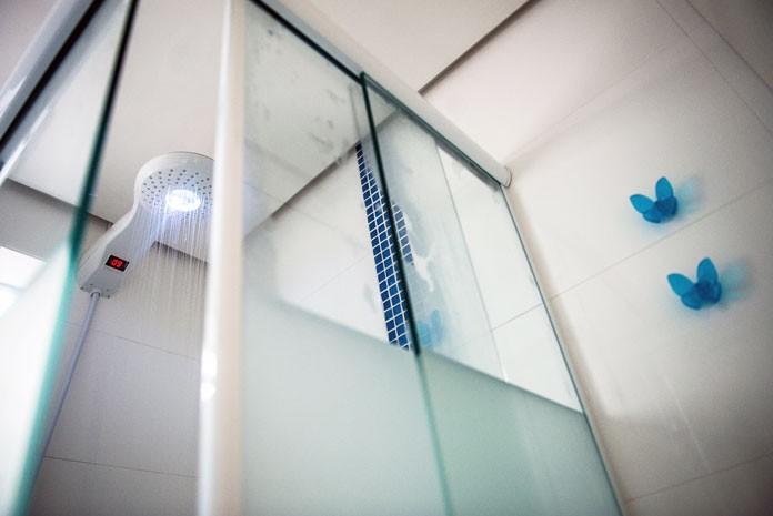 Chuveiro 'inteligente' calcula volume de água gasto e dá nota no fim do banho