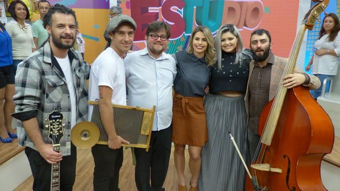 Os músicos ao lado da apresentadora Daiane Fardin, após da gravação do Estúdio C (Foto: Divulgação/RPC)