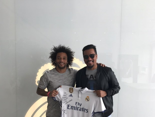 BLOG: Futebol e pagode: Marcelo presenteia cantor do Sorriso Maroto no CT do Real
