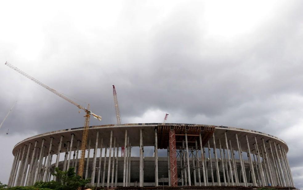 O novo Estádio Nacional Mané Garrincha, que receberá jogos da Copa do Mundo e a abertura da Copa das Confederações, segue em construção em Brasília. (Foto: Gary Hershorn/Reuters)