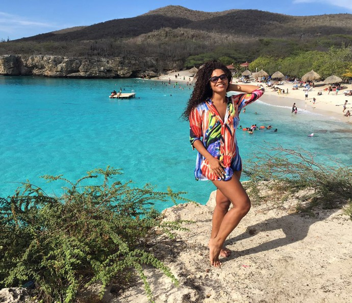 Juliana Alves posa em frente à praia paradisíaca no Caribe (Foto: Arquivo pessoal)