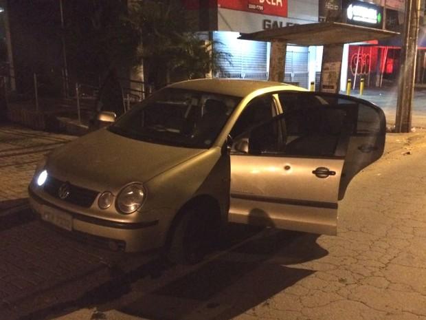 PM encontra explosivos dentro de carro usado por suspeitos em Aparecida de Goiânia, Goiás (Foto: Divulgação/ PM)