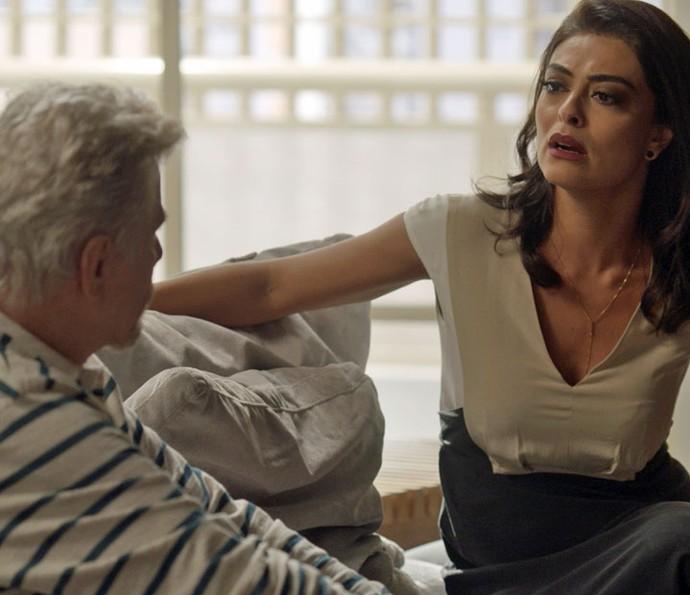 Maurice conversa com a jornalista e acaba falando demais (Foto: TV Globo)