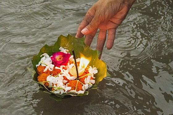 O diya é uma lamparina biodegradável: um pratinho feito de folhas e contendo flores, incenso e uma chama (Foto: © Haroldo Castro/Época)