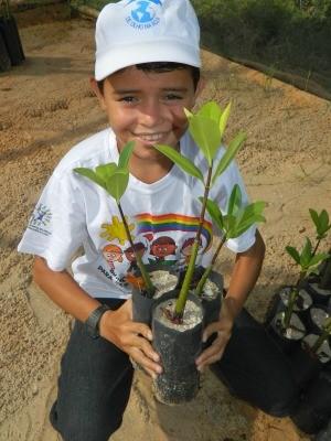 Crianças e mudas de plantas (Foto: Divulgação/ Fundação Brasil Cidadão)
