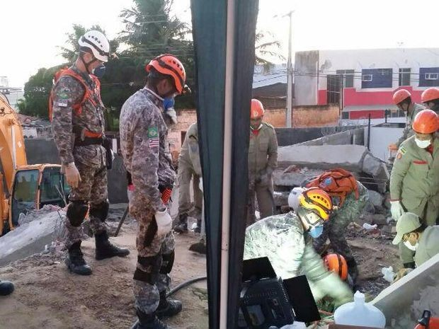 Bombeiros tentam resgatar o casal e filhos que estão sob os escombros (Foto: Marcílio Dourado / Força Nacional)