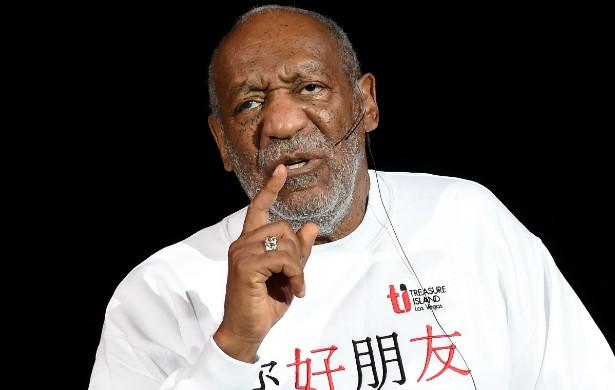 Bill Cosby tinha tudo para chegar a seus atuais 77 anos de idade como um dos atores mais queridos dos EUA, graças a seu trabalho de comediante em programas como a sitcom 'The Cosby Show' (1984–1992), que lhe rendeu dois Globos de Ouro. Porém, agora que pelo menos 17 mulheres já o acusaram de abuso sexual, fica difícil seguir amando o humorista como se nada tivesse acontecido. O silêncio de Cosby sobre o tema tampouco ajuda a diminuir a polêmica. (Foto: Getty Images)