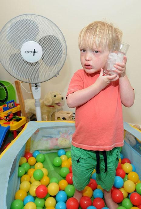 Fred James, de 3 anos, sofre de uma síndrome rara que não deixa seu corpo suar. Ele tem que ficar refrescado constantemente para evitar convulsões. (Foto: Caters)