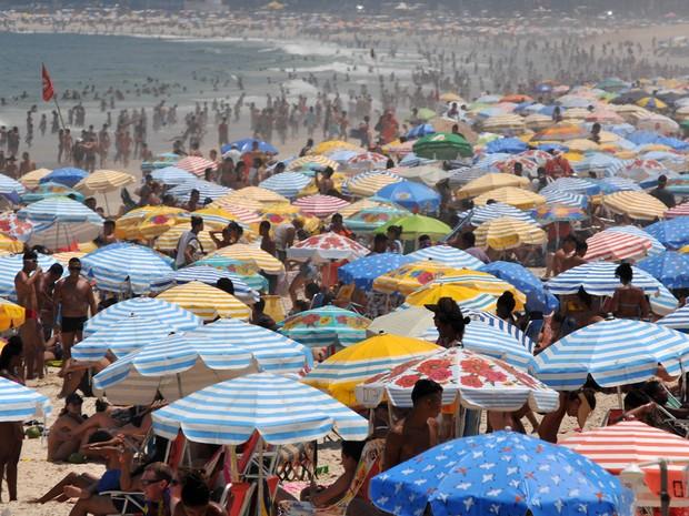 Movimentação na Praia de Ipanema no dia de calor recorde no ano no Rio (Foto: Alessandro Buzas/Futura Press/Estadão Conteúdo)