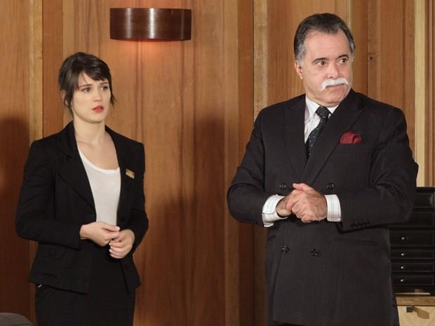 Otávio tem uma ideia para Charlô demitir a garota (Foto: Guerra dos Sexos/TV Globo)