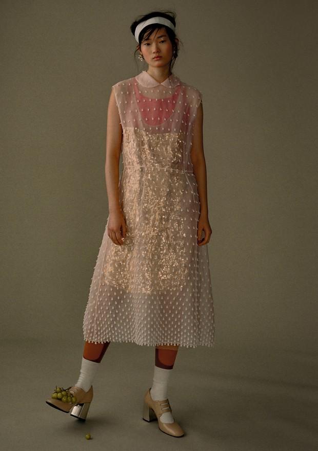 Sobreposição de vestidos, faixa e legging, tudo Miu Miu (Foto: Zee Nunes)