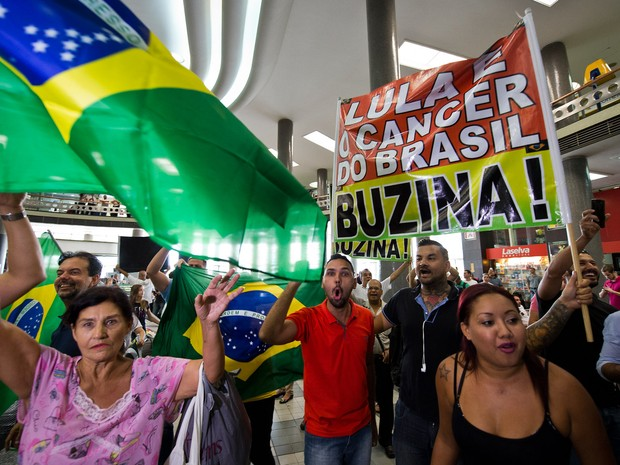 Opositores do ex-presidente Luiz Inácio Lula da Silva protestam em frente ao posto da Polícia Federal no aeroporto de Congonhas, em São Paulo, onde Lula prestou depoimento (Foto: Nelson Almeida/AFP)