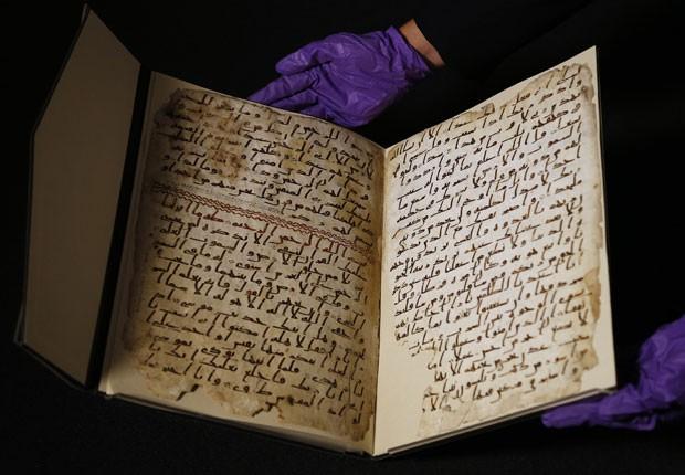 Uma universidade britânica disse nesta quarta-feira (22) que fragmentos de um manuscrito do Alcorão encontrados em sua biblioteca são de uma das mais antigas cópias do texto islâmico no mundo, possivelmente escritos por alguém que pode ter conhecido o pro (Foto: Frank Augstein/AP)