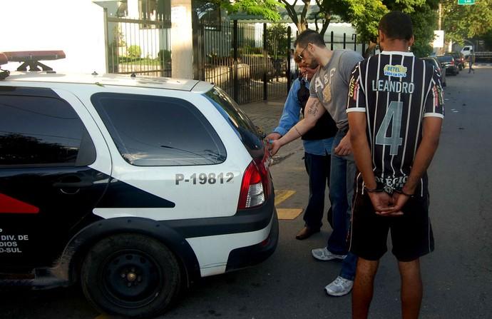 Ação da polícia na sede da torcida organizada do Corinthians (Foto: Hélio Torchi / Agência Estado)