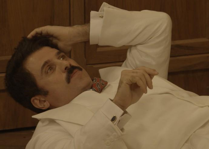 Ernesto cai no chão com o tapa de Filomena (Foto: TV Globo)