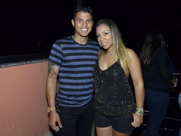 Thiago Silva com a mulher, Isabelle da Silva, em show no Rio (Foto: Léo Marinho/ Ag. News)