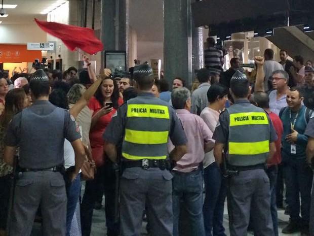 Militantes do PT fazem protesto no aeroporto de Congonhas, em São Paulo (Foto: Tahiane Stochero/G1)