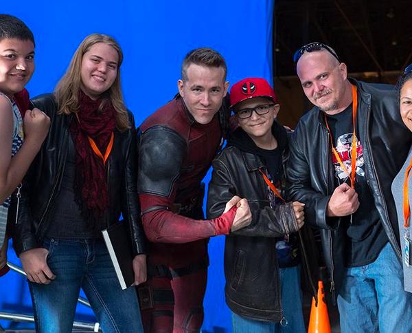 O ator Ryan Reynolds com algumas das crianças que visitaram o set de Deadpool 2 (Foto: Instagram)