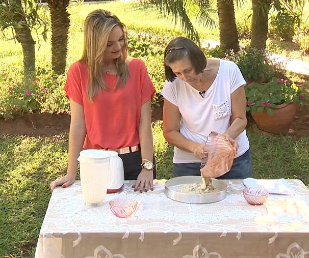 Vivian Padovan apresenta a receita de bolo de maçã com canela (Foto: Reprodução/TV Fronteira)