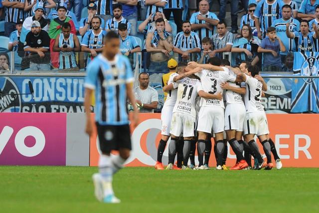 """No """"jogo do ano"""", Cássio pega pênalti, Corinthians bate Grêmio e dispara em 1º"""