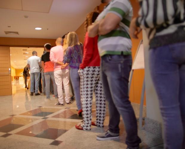 Candidatos aguardam na fila para entrar  (Foto: Gshow)